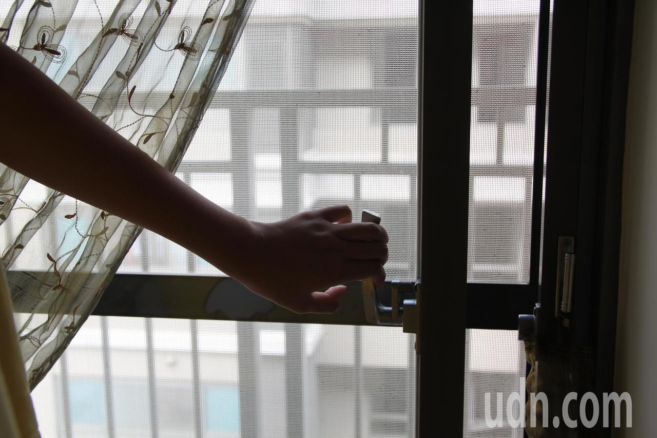 面對戶外空氣品質不佳,醫師建議應把握戶外好空氣時開窗。記者黃寅/攝影
