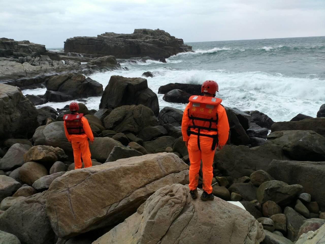 今天上午貢寮海域接連發生釣客落海意外,一人失蹤,海巡和消防局全力搜救中。圖/岸巡...