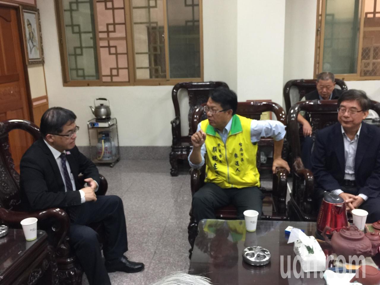 民進黨台南市黨部主委顏純左(左二)提道教學校政見。記者吳政修/攝影
