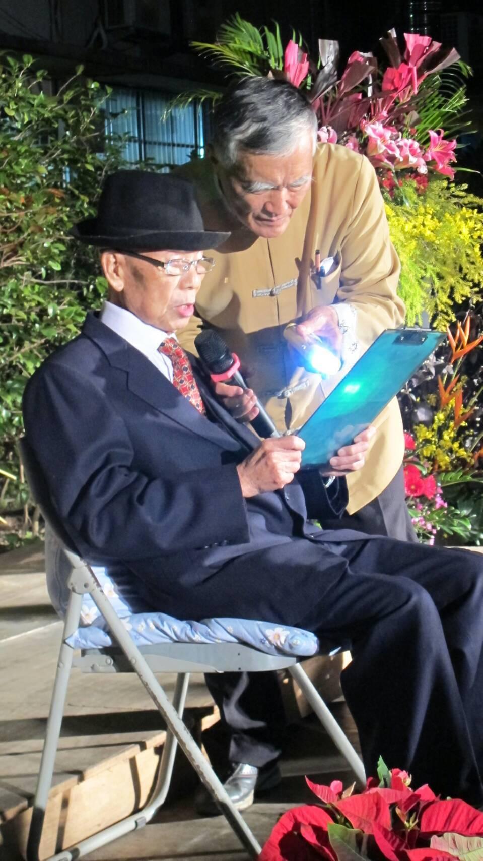 96歲老醫師謝春梅(左)73年如一日守護鄉親健康,他昨晚盛裝接受地方致敬。圖/讀...