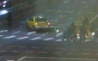 計程車昨天右轉上忠孝橋撞擊4輛機車,但駕駛未停車查看反加速逃逸。記者林孟潔/翻攝