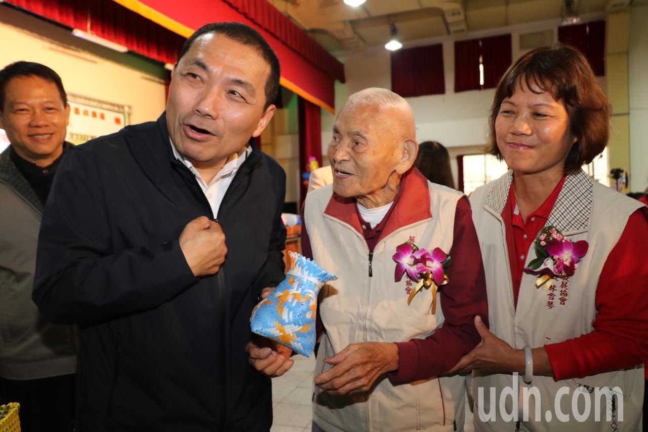103歲的林來興(右二)送侯友宜(左二)魚簍祝福年年有餘,侯友宜開心說「有餘(友...
