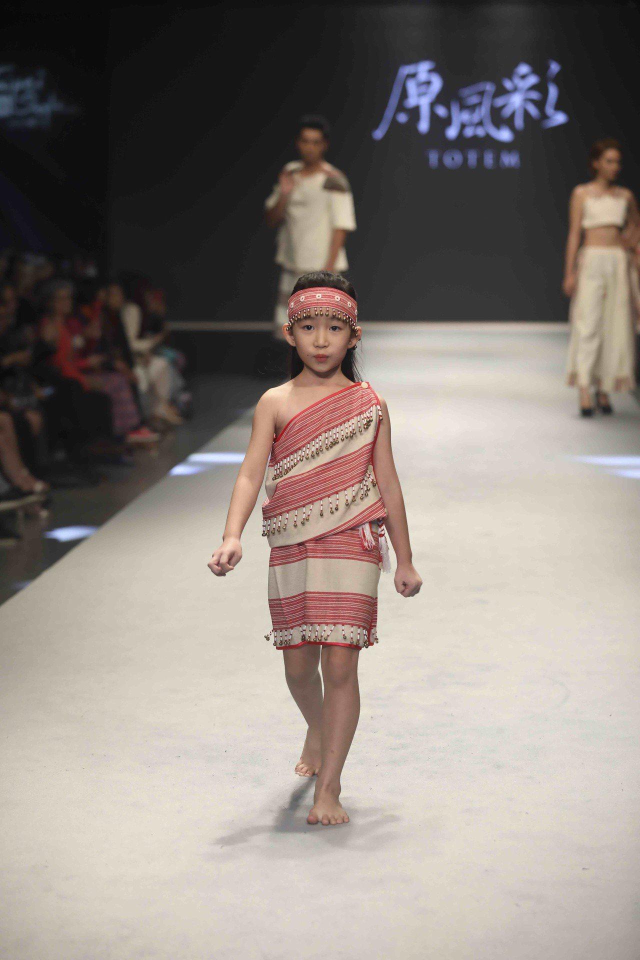 泰雅族常見的紅白相間布織服飾。圖/原民會提供
