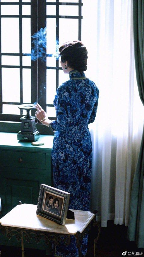 日前大陸名嘴宋祖德爆料指稱,今年52歲的資深女星劉嘉玲已經懷孕兩個月,引起網友熱烈討論。不過劉嘉玲隨後便在微博發出新片「半生緣」的劇照,照片中她穿著合身旗袍,腰肢纖細,並且配上張愛玲原著中的一段文字...