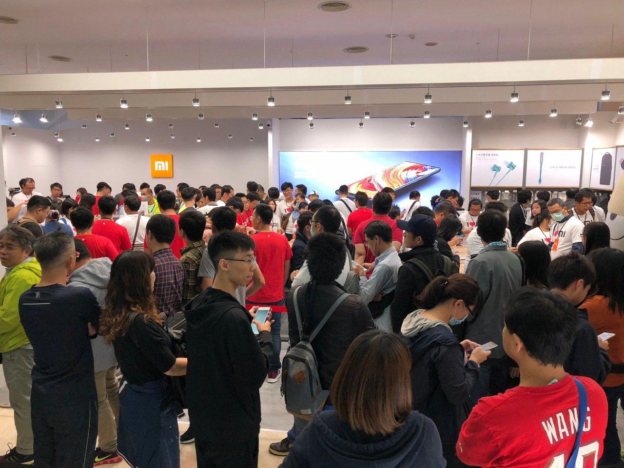 小米台南Focus專賣店,一開幕就湧入大批採購人潮。圖/記者黃筱晴