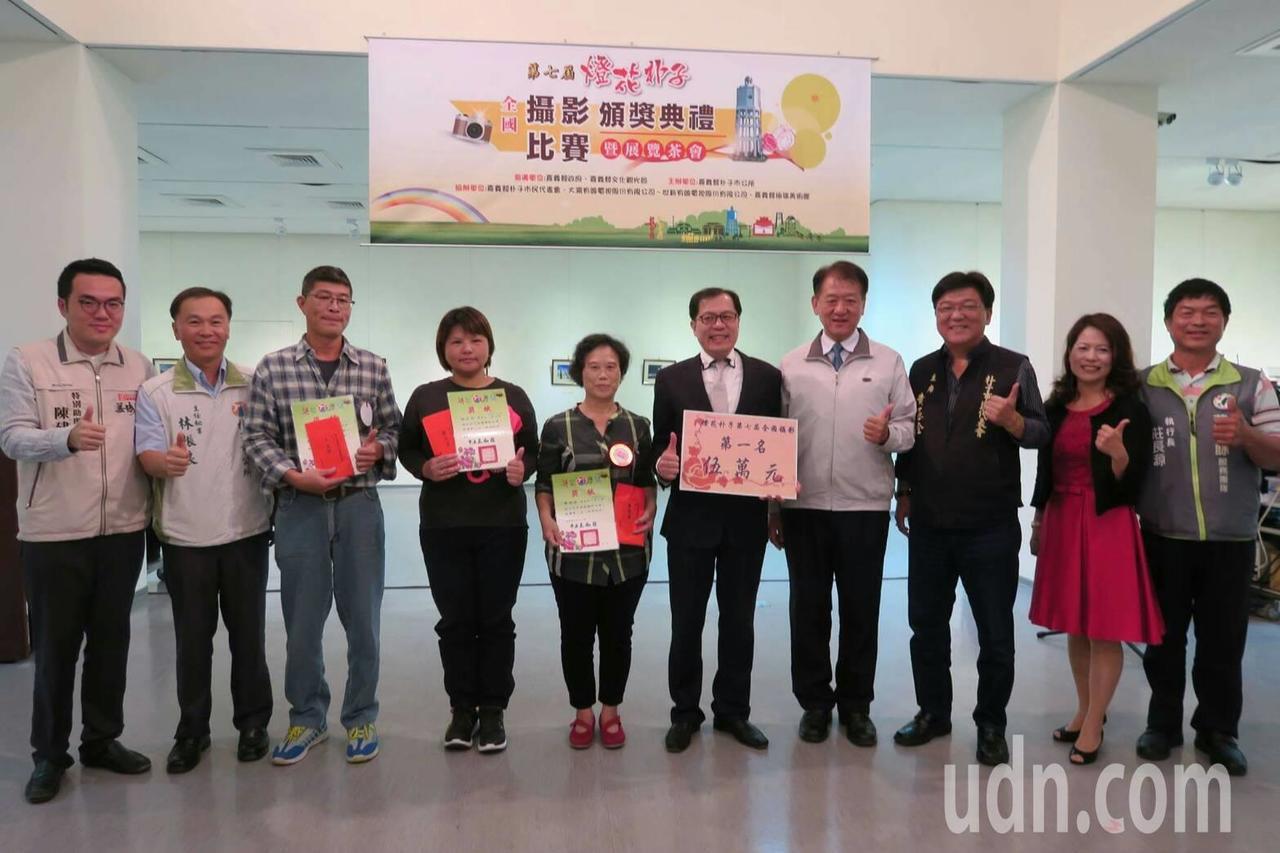 朴子市長王如經(右四)頒獎表揚得獎者。記者卜敏正/攝影