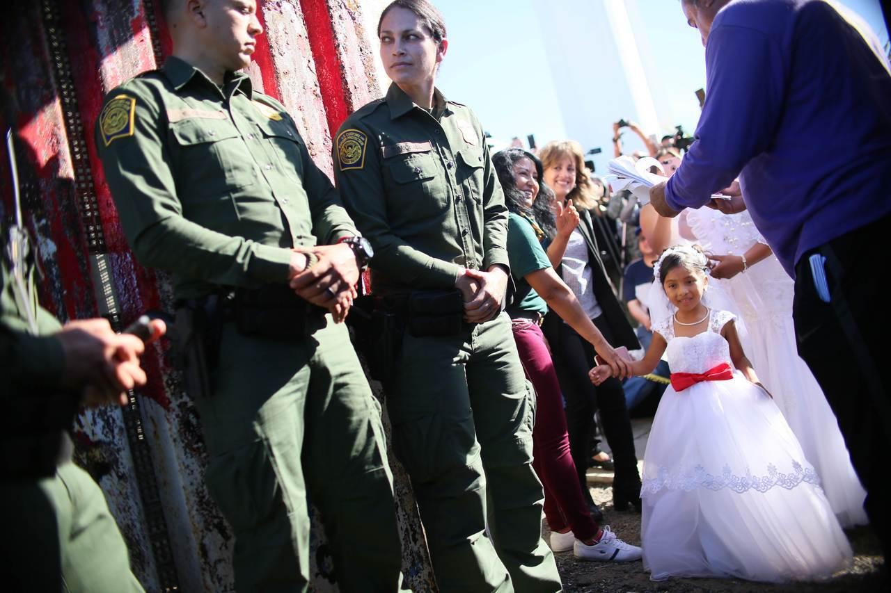 墨西哥女子艾薇莉亞和美國男子休斯頓18日在美墨邊界的「希望之門」舉行婚禮,美國邊...