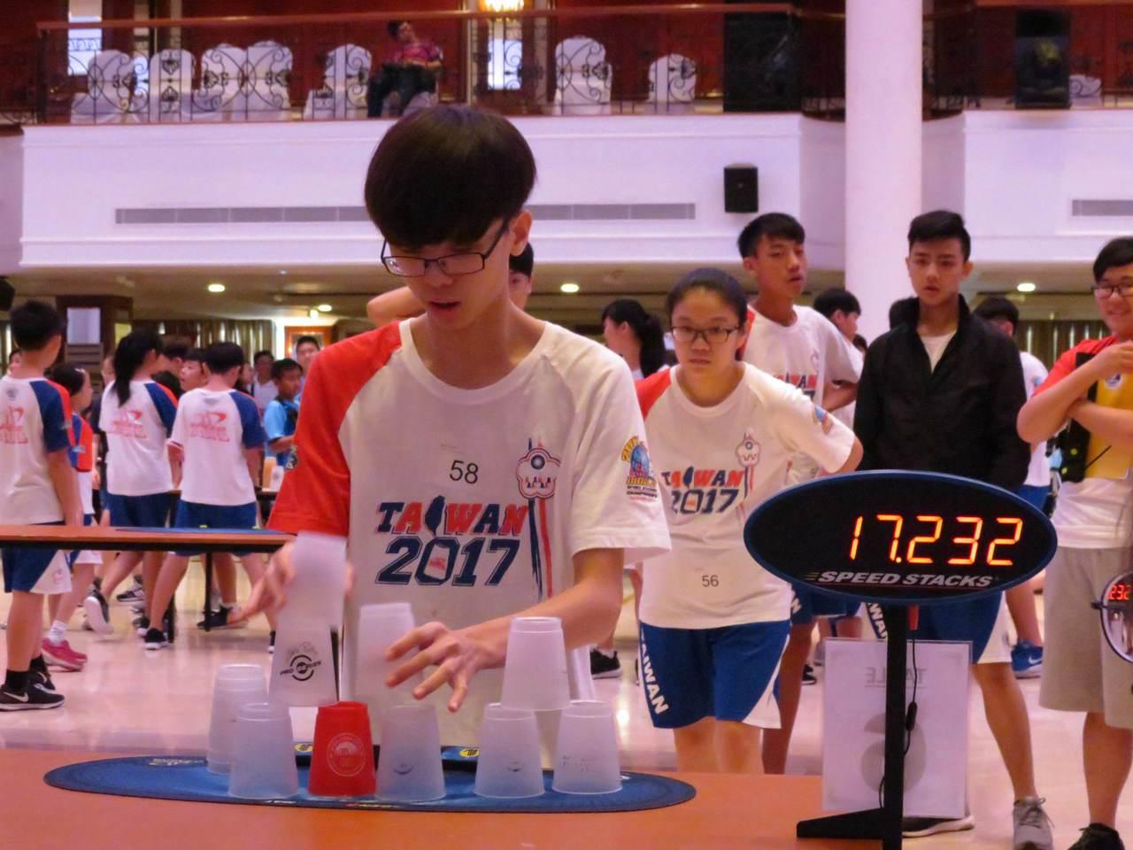 台南市立大灣高中蔡睿宇個人有2金、2銀進帳。 圖/中華競技疊杯運動推廣協會提供