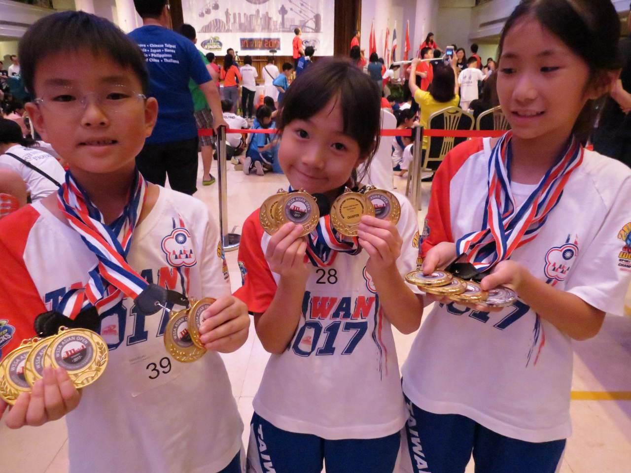 廖修禕(左)、張瑜庭(中)是本屆8歲組三冠王、三冠后;林佳瑩(右)勇奪10歲組雙...