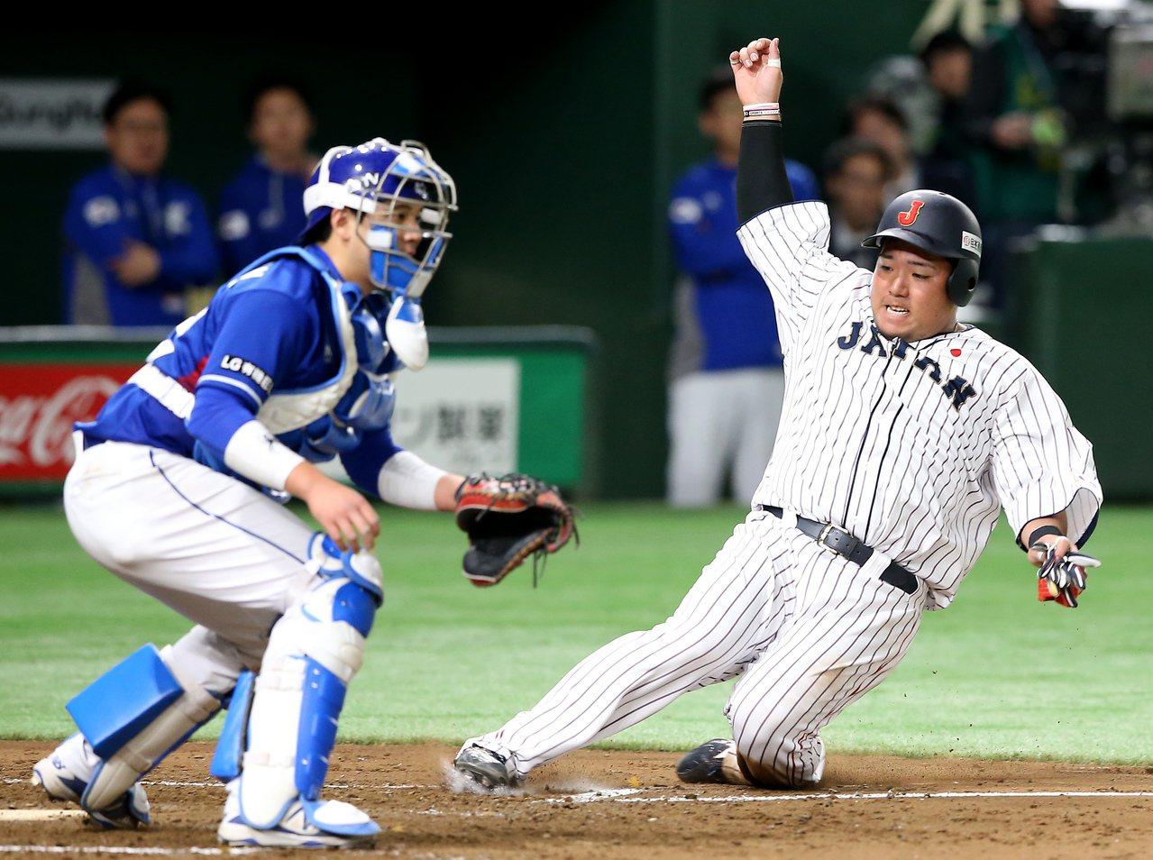 日本隊山川穗高(右)4局下滑回本壘得到全場第一分。記者余承翰/攝影