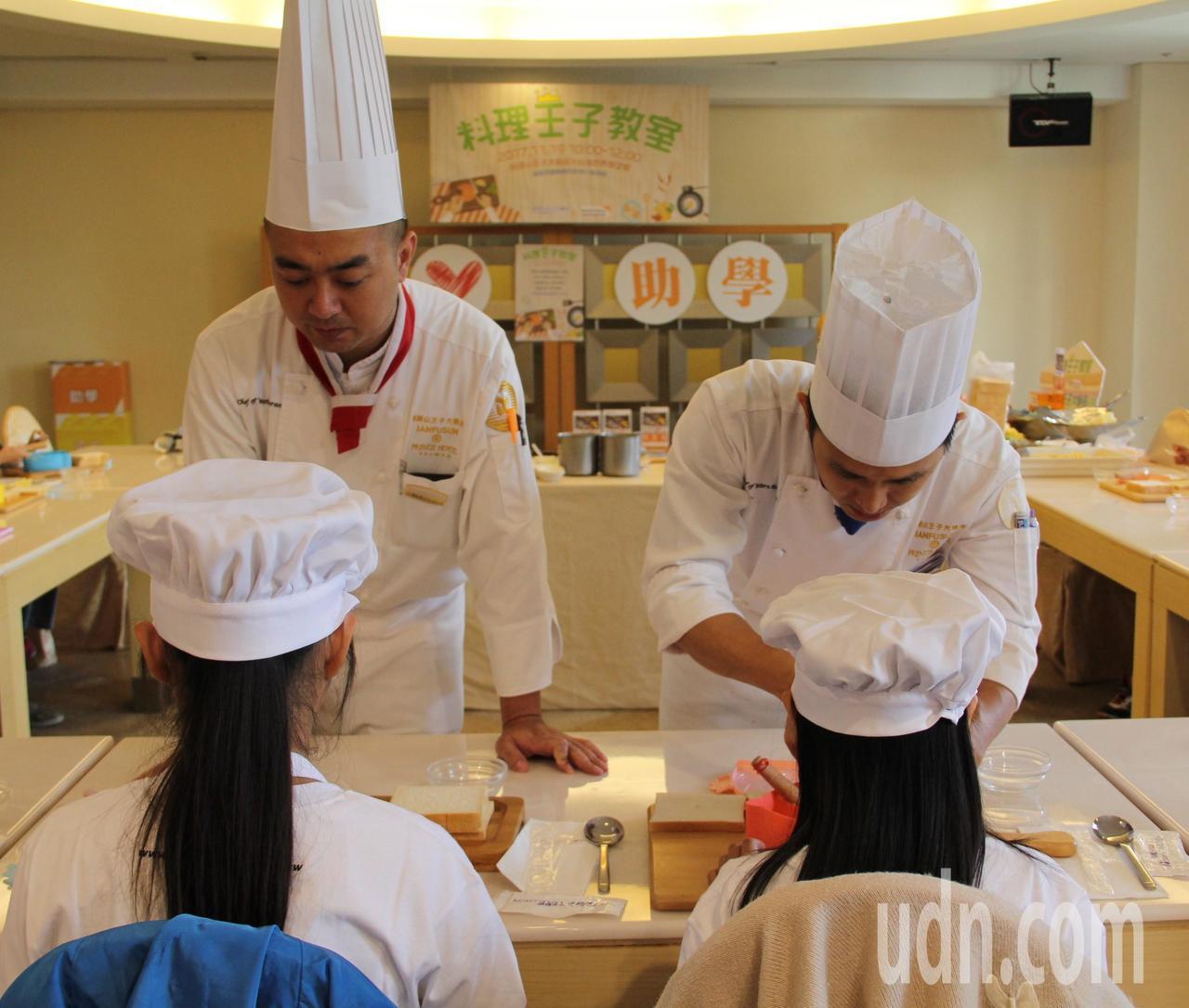 劍湖山王子大飯店主廚劉文富教導兒童製作三明治,世展會小廚師也認真學習,學會做出自...