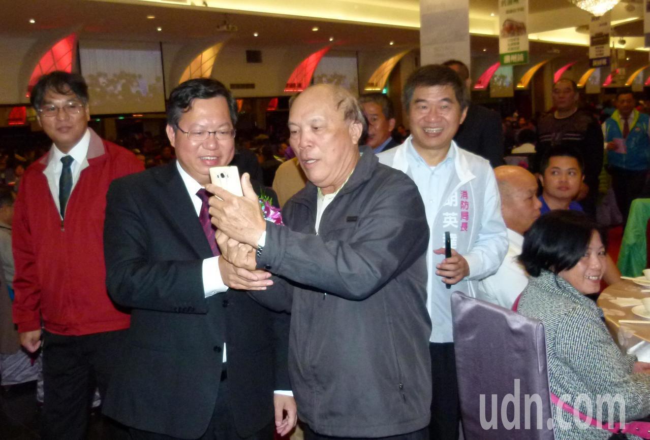 鄭文燦(左)出席屏東同鄉會受歡迎,會員上前合影。記者鄭國樑/攝影