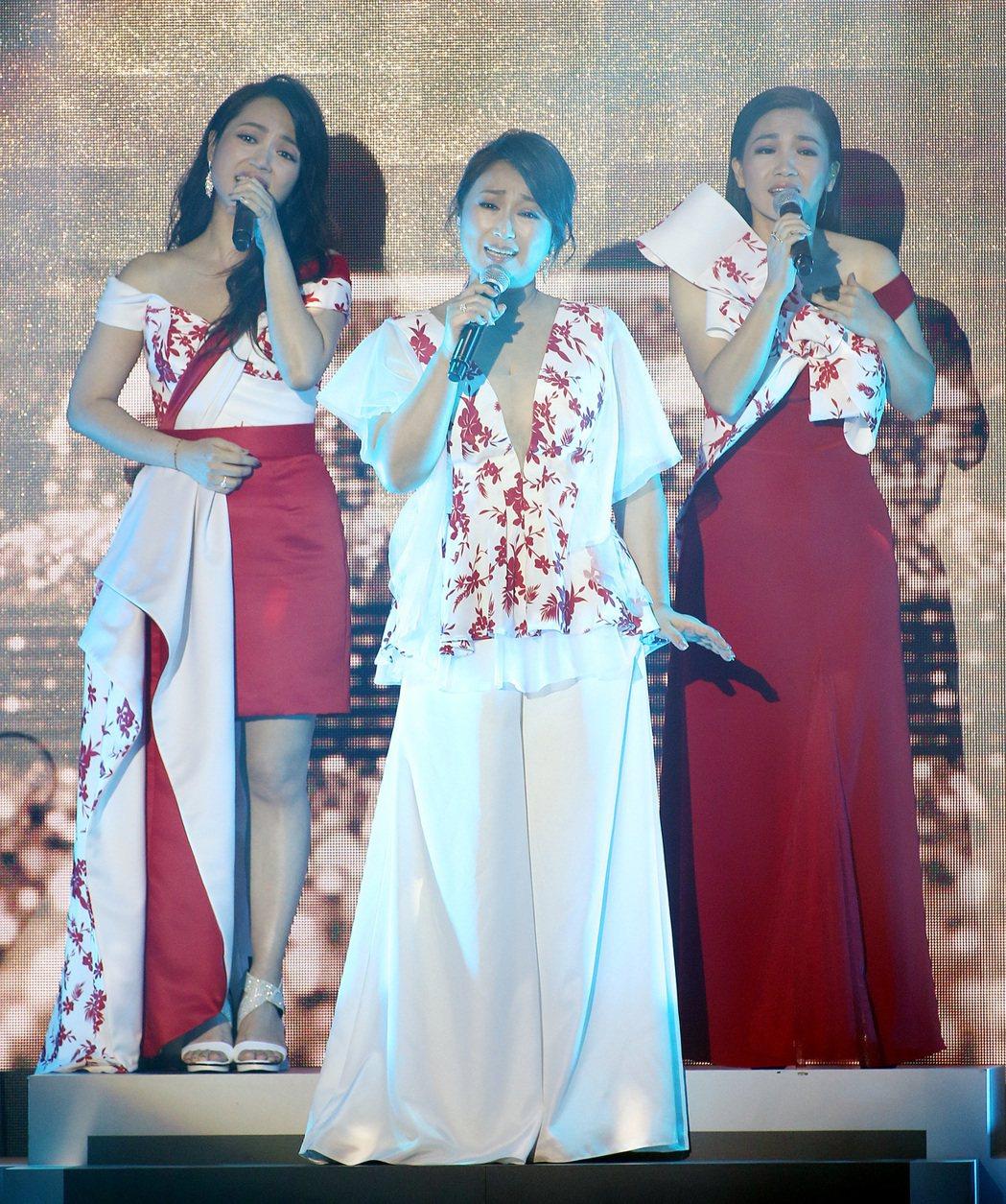 秀蘭瑪雅(左起)、王瑞霞及黃妃合體演唱經典國台語歌曲。記者侯永全/攝影
