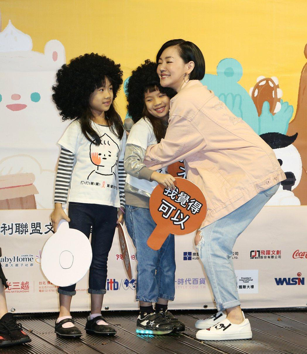 小S(右)出席橘絲帶兒保活動。記者陳立凱╱攝影