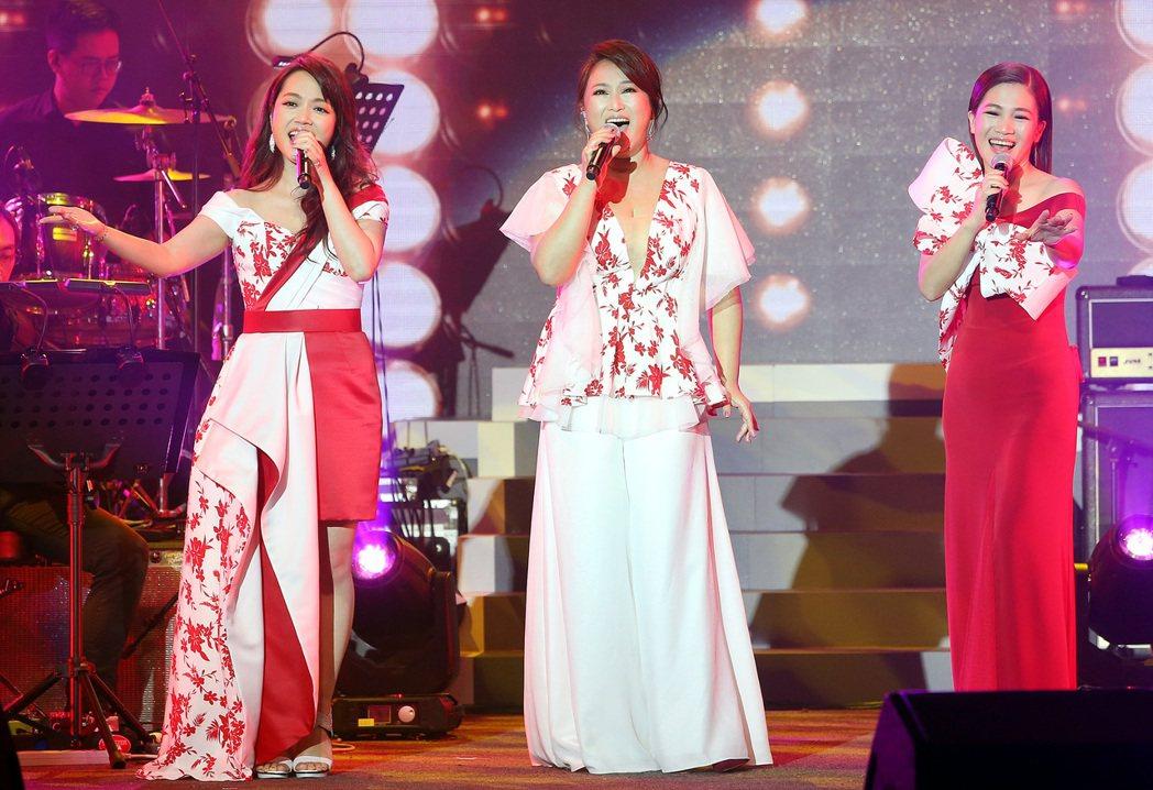 秀蘭瑪雅(左起)、王瑞霞及黃妃合體的姬情台三線台北演唱會昨晚登場。記者侯永全/攝