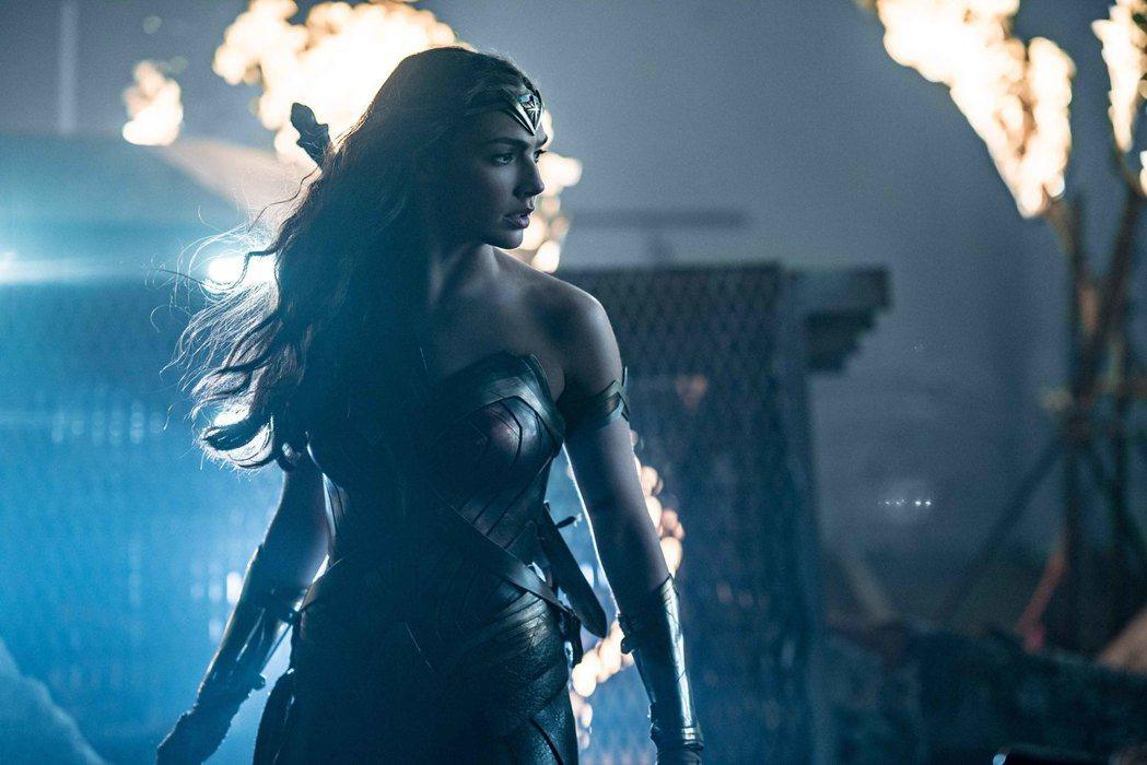 「神力女超人」蓋兒加朵依舊是「正義聯盟」的大亮點。圖/華納兄弟提供