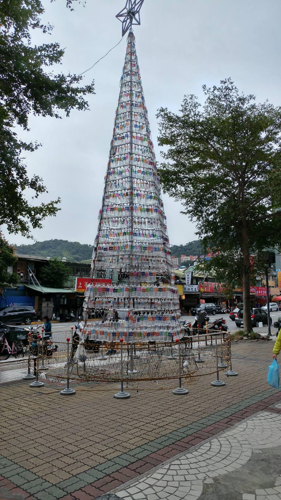 士林夜市鬧區旁,出現一座高9公尺的「環保聖誕樹」,用1700支回收寶特瓶組成,外...