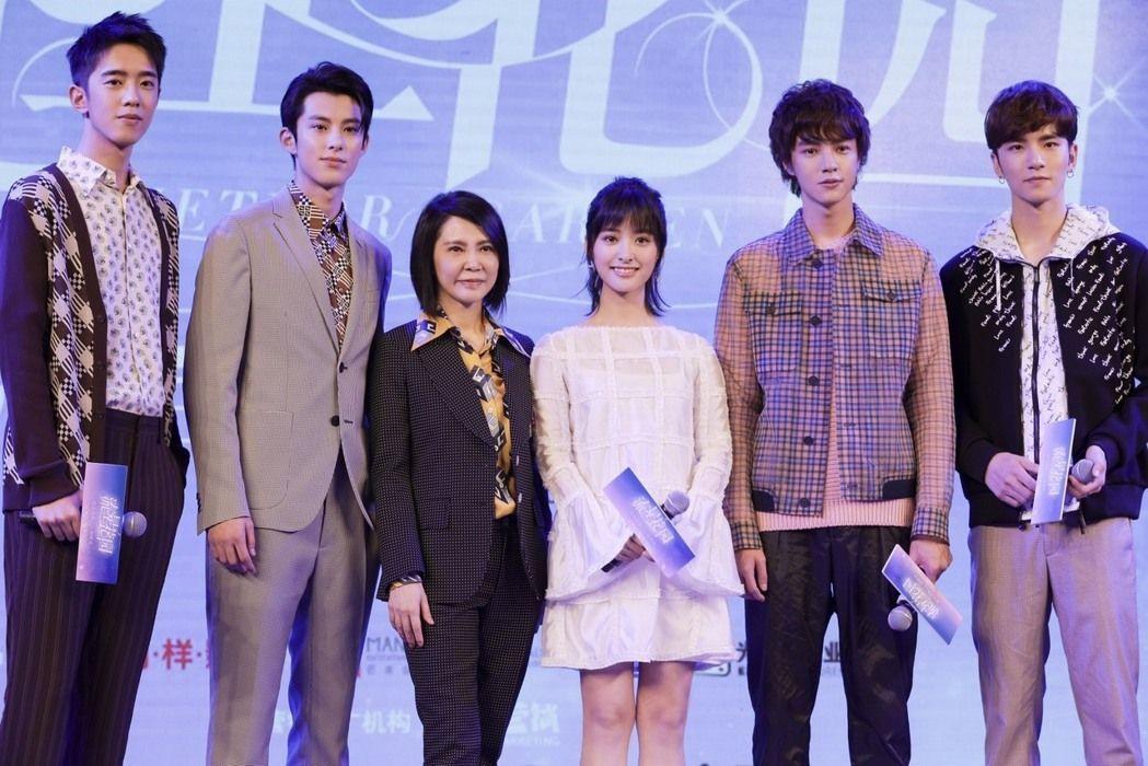柴智屏(左三)日前與新版「流星花園」的F4及杉菜出席發布會。圖/北京萌樣提供