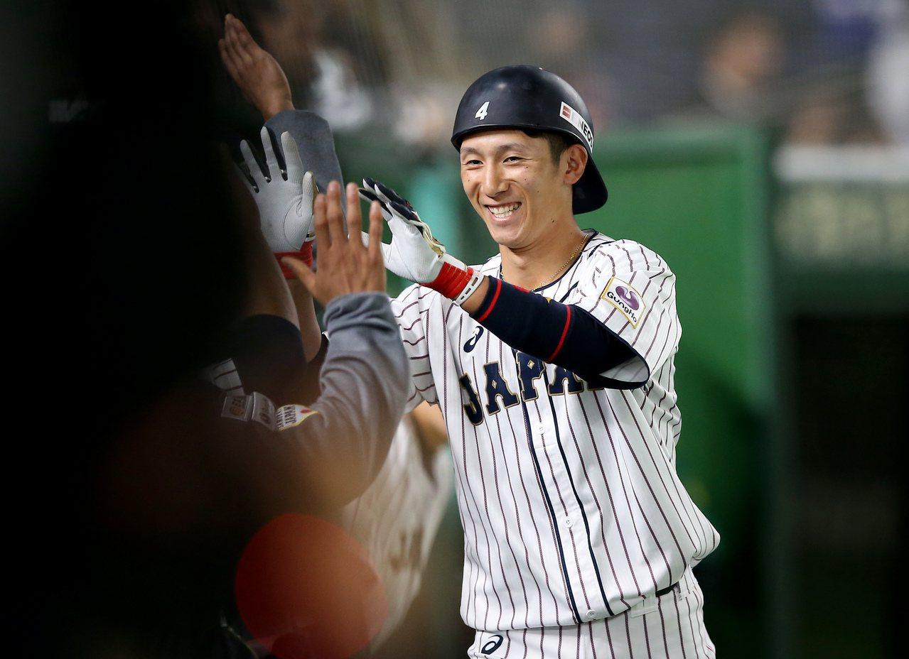 日本隊西川龍馬7局下敲出陽春全壘打,與隊友擊掌慶祝。記者余承翰/攝影