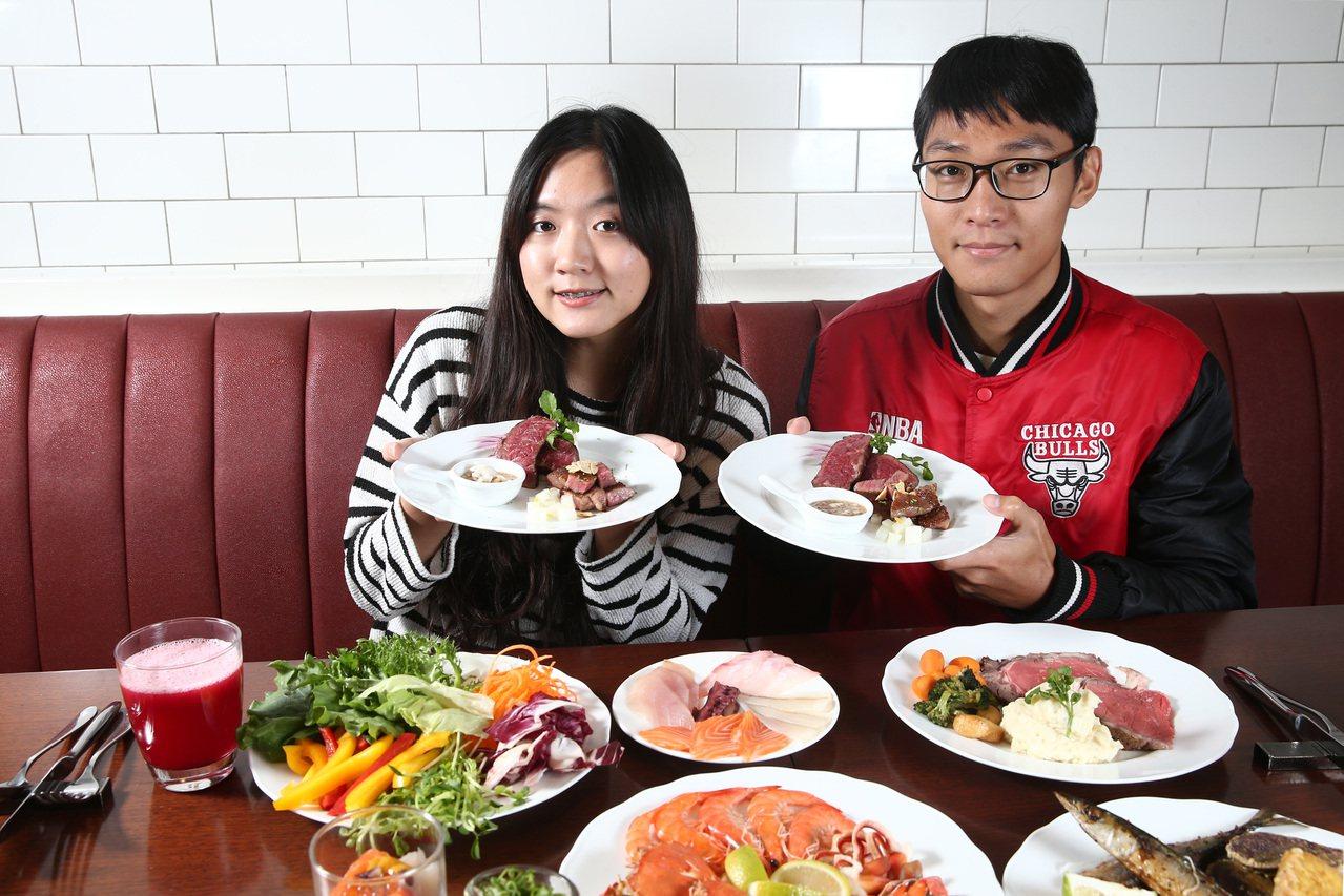 試吃員覺得美國和牛較有咬勁,日本和牛甜味鮮明,滋味各有巧妙。記者蘇健忠/攝影