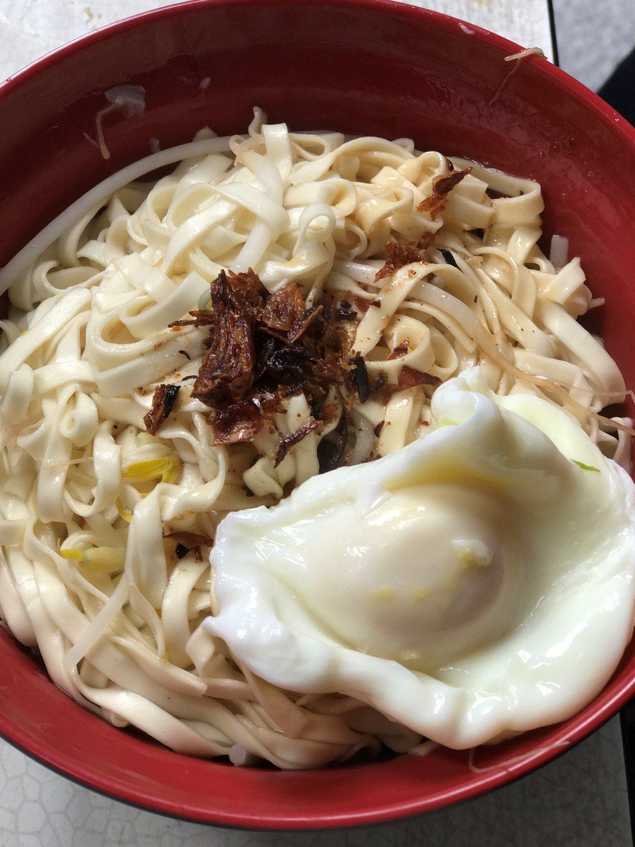 加一顆水煮蛋,簡單的乾麵瞬間都澎湃起來了。記者吳淑君/攝影