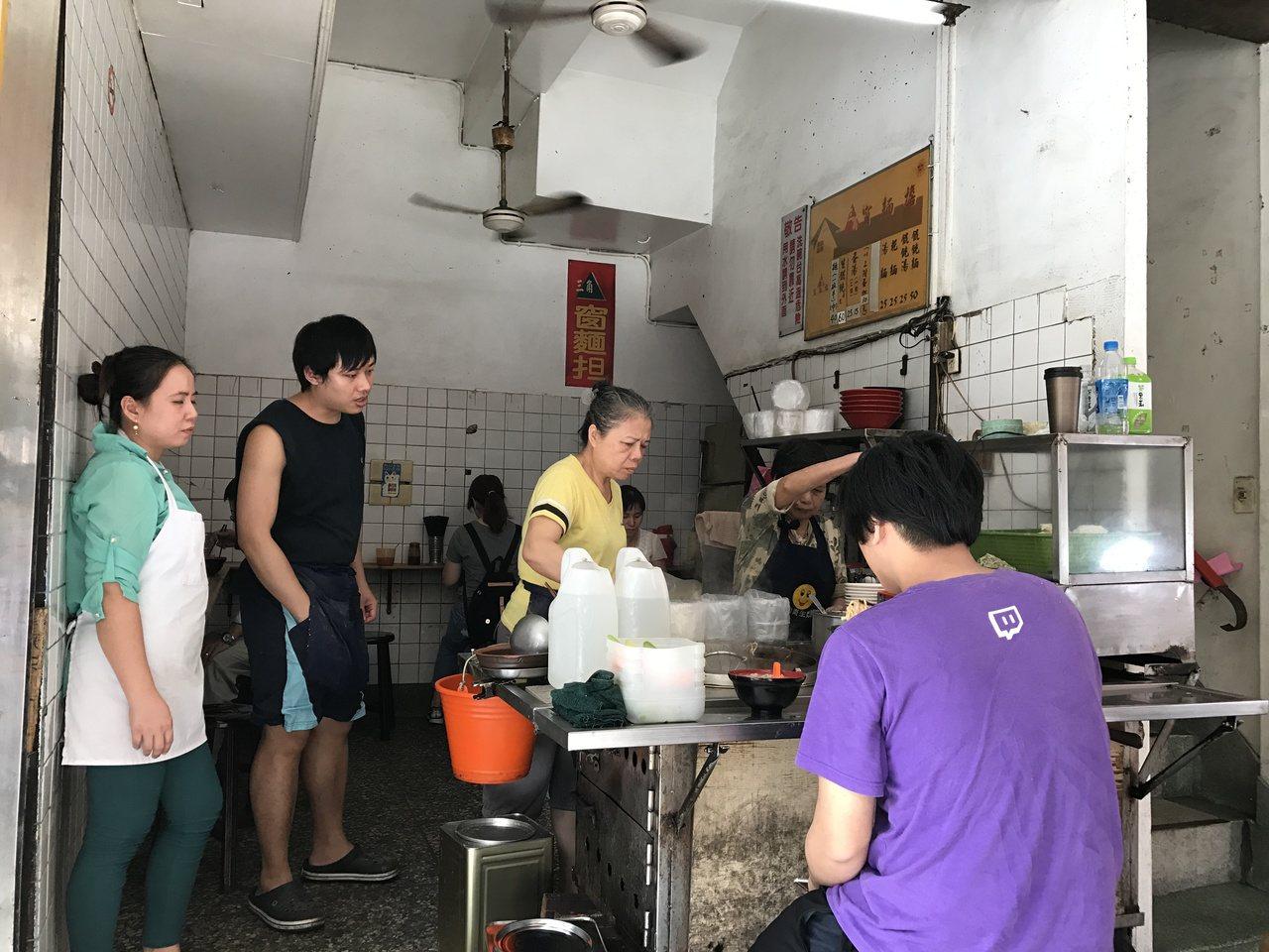 三角窗麵攤只賣乾麵和餛飩湯,可加蛋,簡單的美味飄香數十年,每到用餐時間就大排長龍...