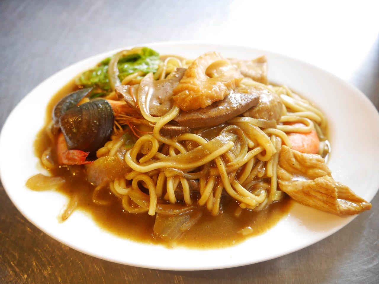 基隆很特別的咖哩炒麵。記者吳淑君/攝影