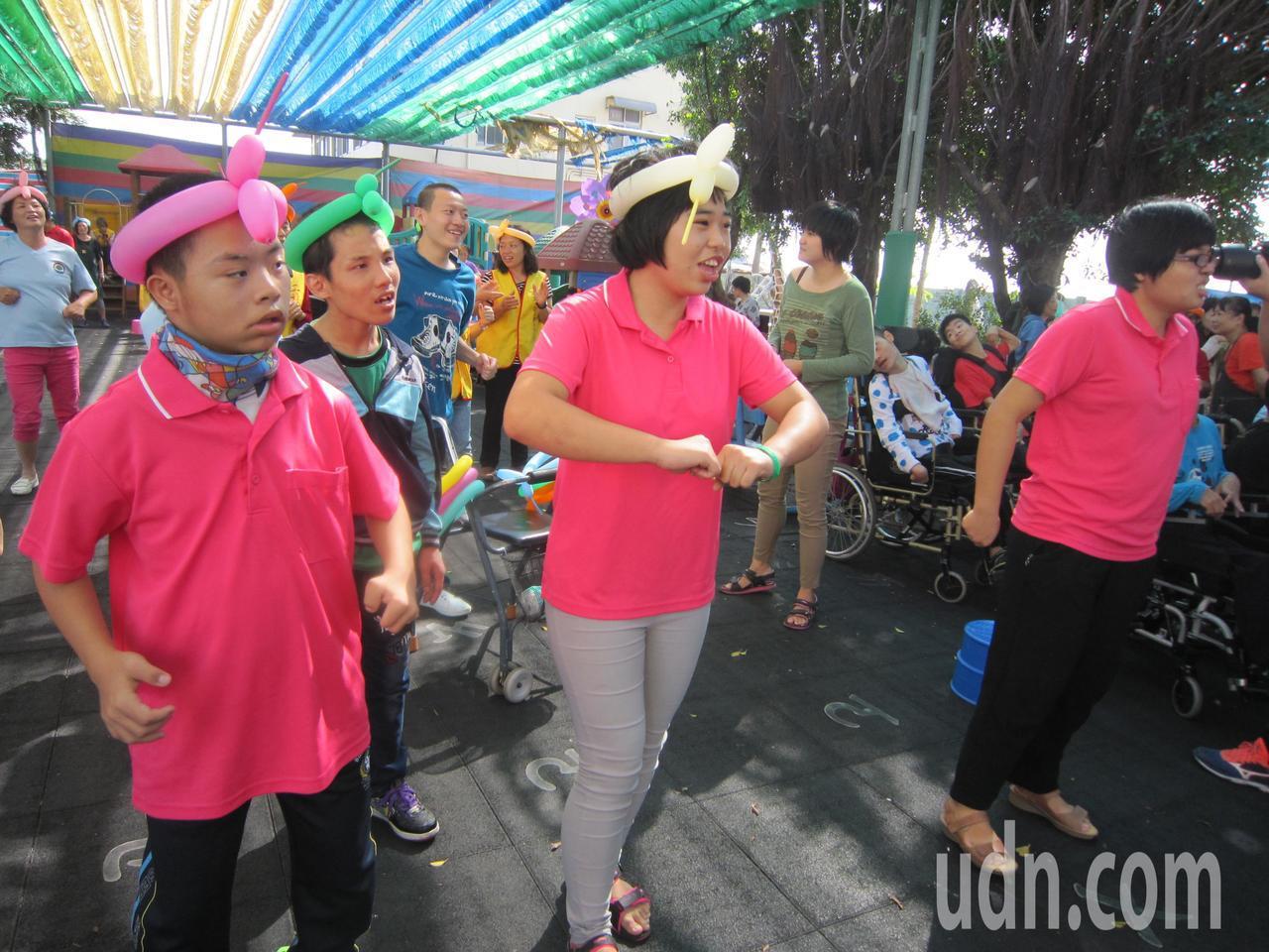 二林社區大學的志工帶著滿滿的愛心和食物,來到喜樂保育院帶動唱陪伴喜樂孩子。照片/...