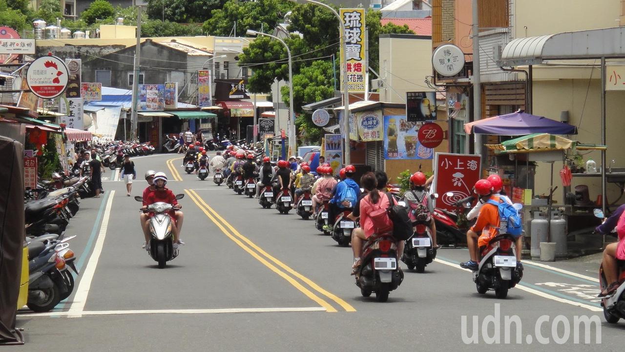 小琉球每到旅遊旺季的假日就會出現一大群騎機車的人潮。記者蔣繼平/攝影