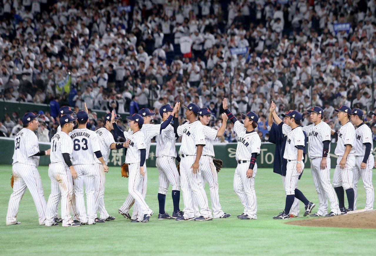 日本隊以7比0擊敗南韓隊,奪得第一屆亞冠賽的冠軍,賽後球員在場中擊掌慶祝。記者余...