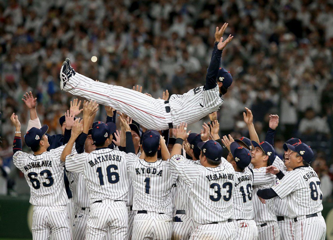 日本隊以7比0擊敗南韓隊,奪得第一屆亞冠賽的冠軍,賽後球員將監督稻葉篤紀高高拋起...