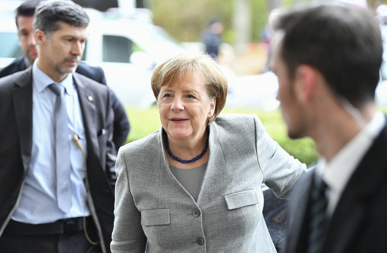 德國總理梅克爾19日抵達談判地點,準備繼續與自由民主黨和綠黨展開執政聯盟談判。(...