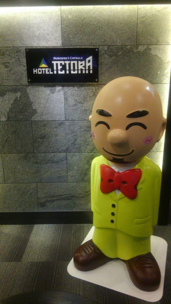 東京的HOTEL TETORA入口擺放光頭社長的吉祥物人偶迎賓。圖/取自Expe...