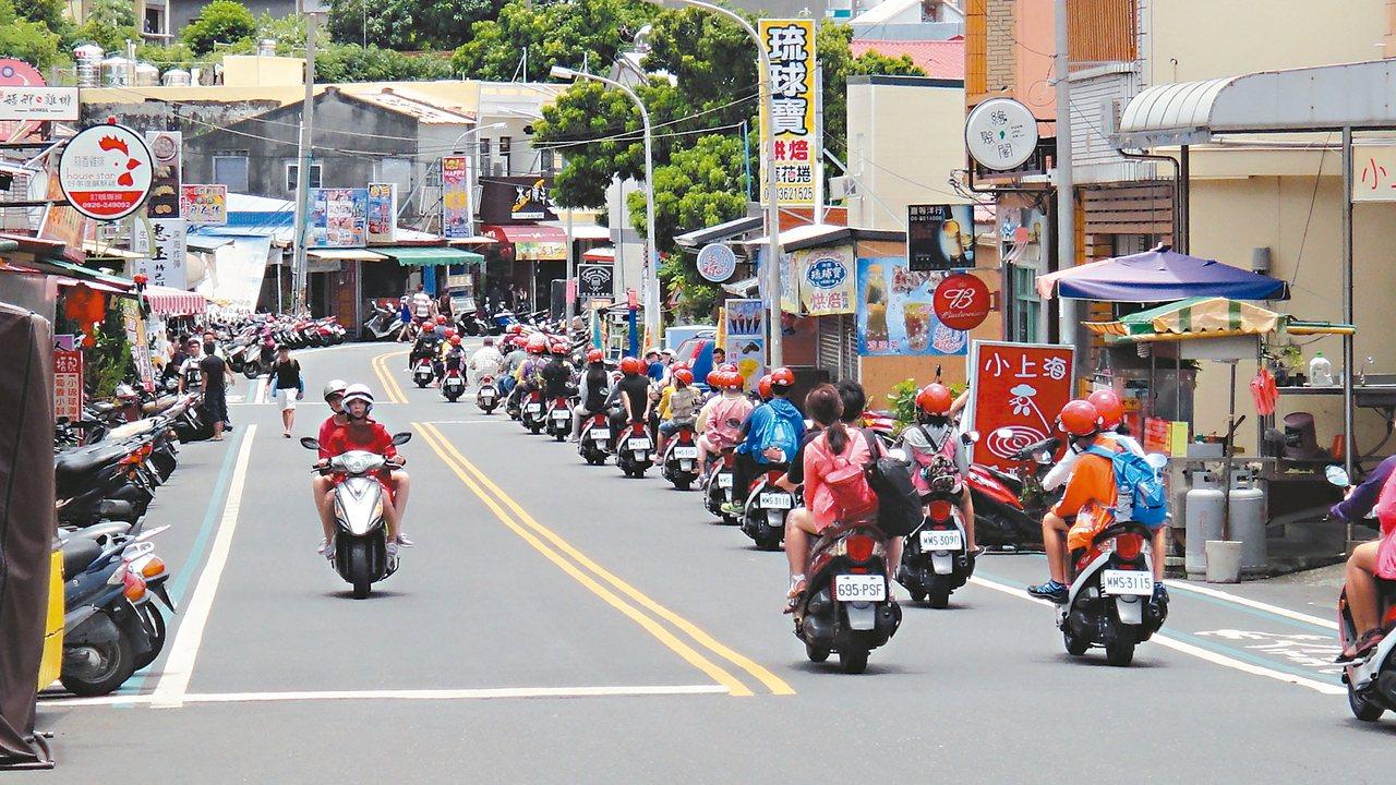 外地遊客到屏東離島小琉球旅遊時,燃油機車仍為主要交通工具,每到假日就會出現大群騎...