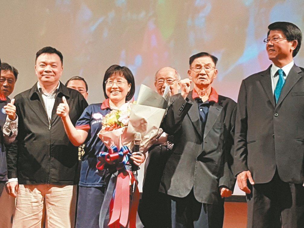 台南大學前校長黃秀霜(左二)昨天在黃秀霜之友會會員大會上表示,將投入明年台南市長...