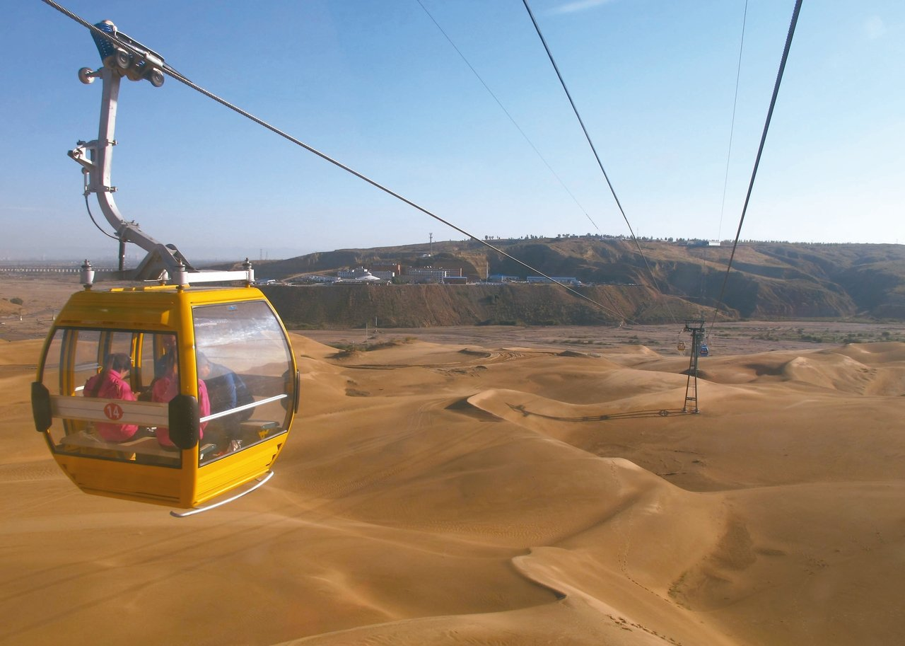 遊客進入響沙灣沙漠景區,得先乘坐纜車,靠索道才能空降沙漠區 。 記者章淑曼/攝影