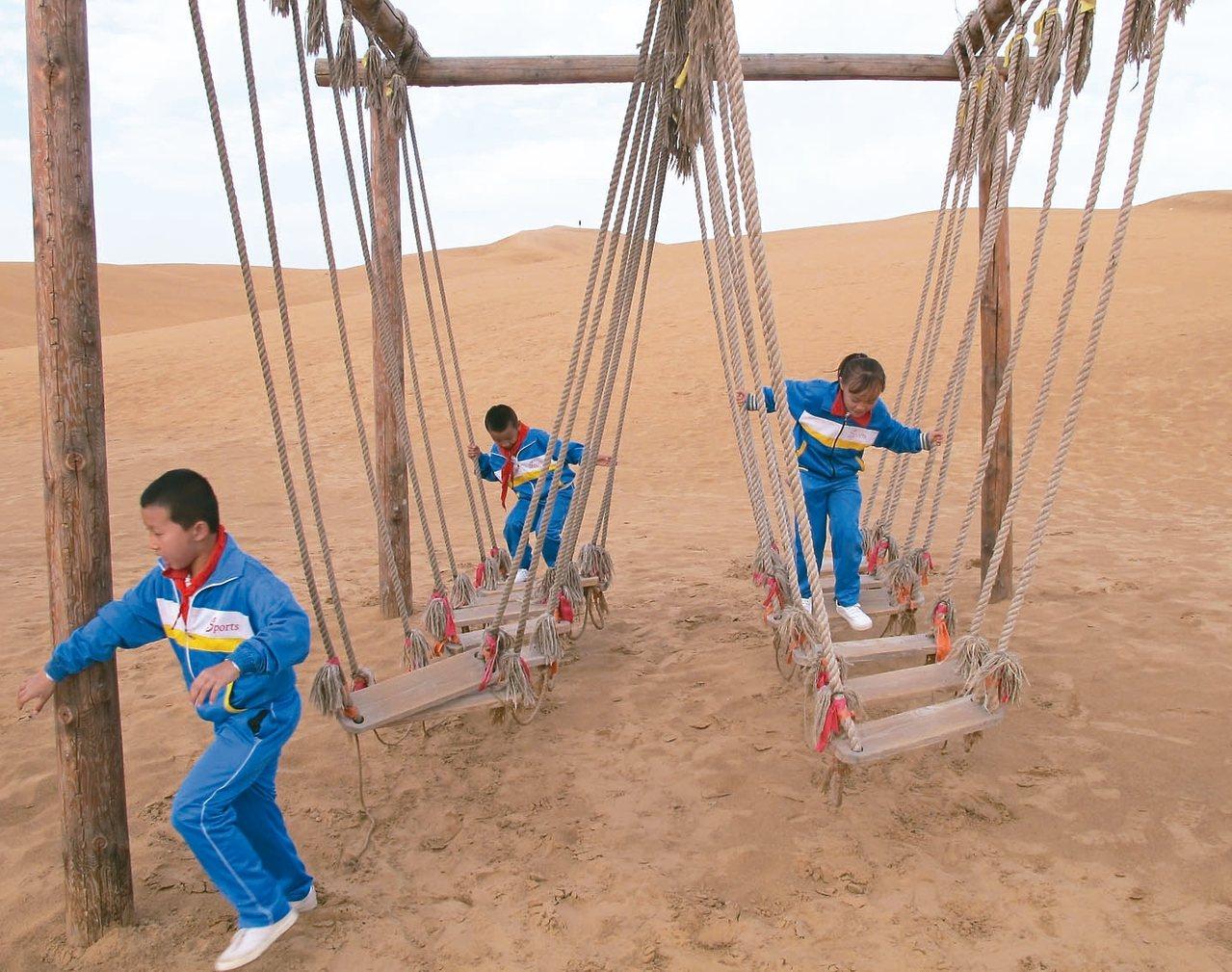 響沙灣沙漠景區遊樂設施多樣,小朋友也可以玩得很開心。 記者章淑曼/攝影