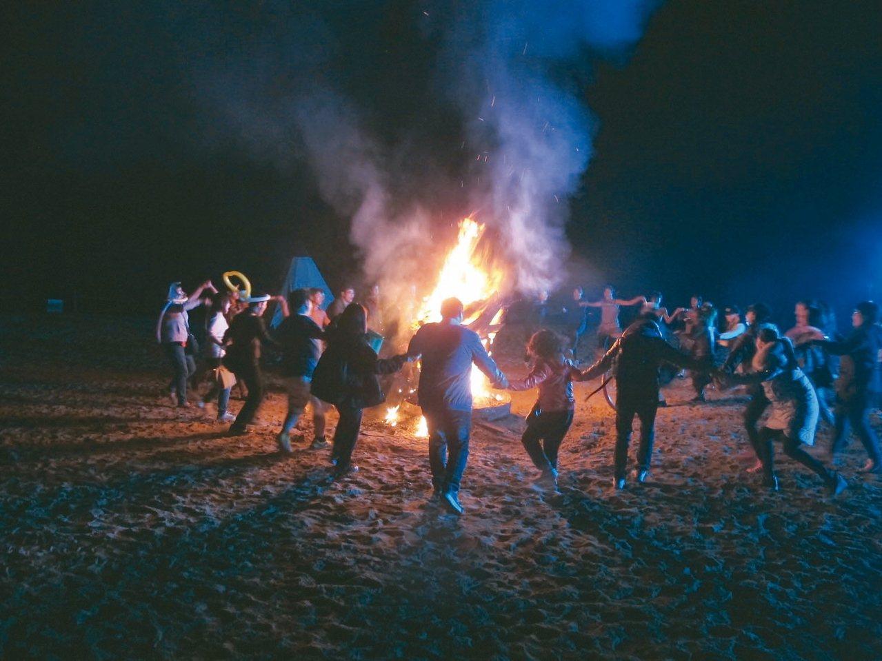 響沙灣沙漠景區的篝火晚會,遊客圍圈跳舞狂歡。 記者章淑曼/攝影