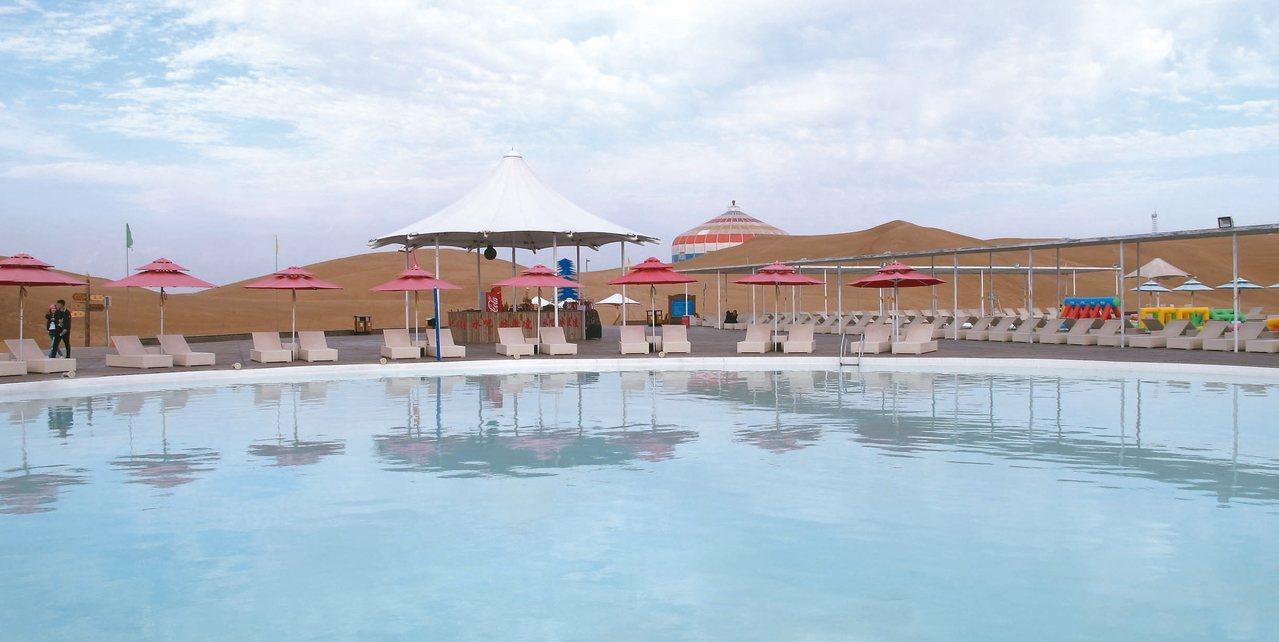 在沙漠中游泳,應是很特別的旅遊體驗。 記者章淑曼/攝影
