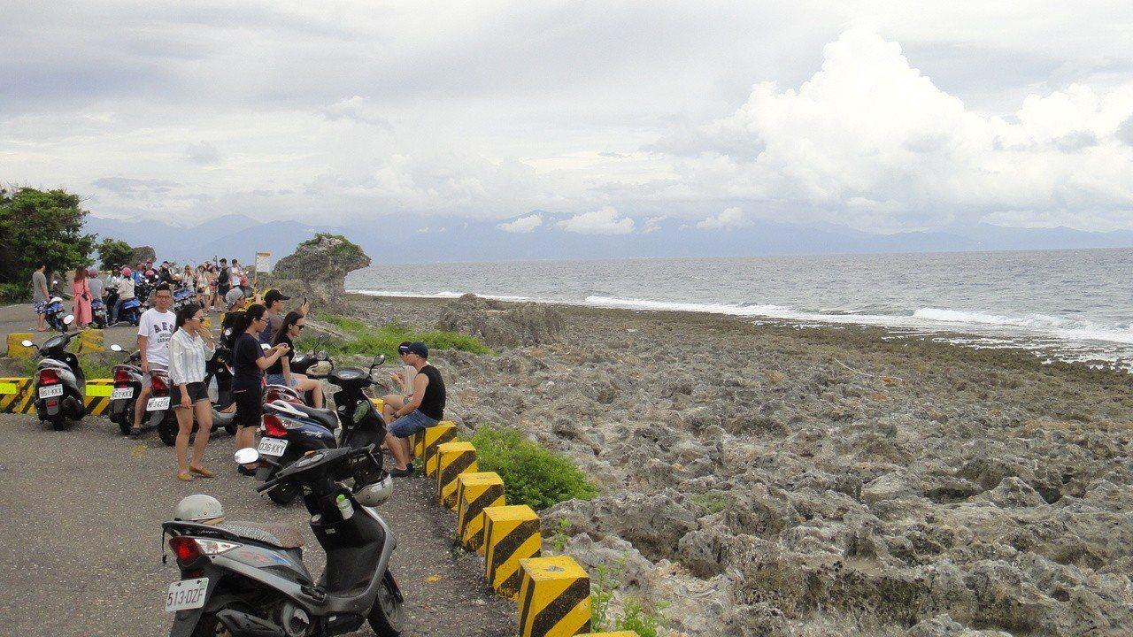 外地遊客前往屏東離島小琉球旅遊時,燃油機車仍為主要交通工具。 記者蔣繼平/攝影