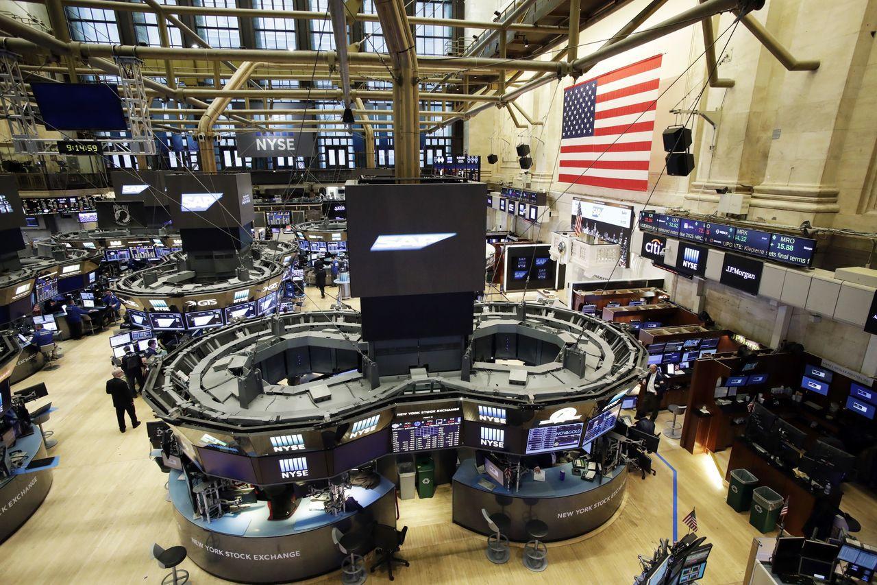受惠美股等全球主要股市齊揚,讓國內金控集團海外投資大豐收。 美聯社資料照