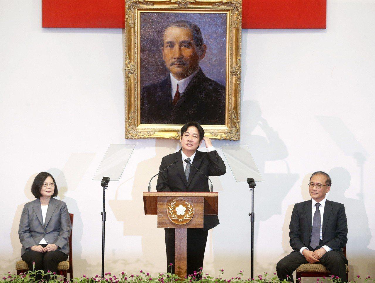 上任逾兩個月,賴揆施政風格明朗。圖為九月時蔡英文總統(左)宣布台南市長賴清德(中...