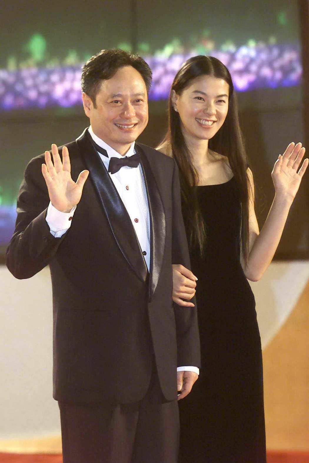 李安(左)與日本女星江角真紀子(右)曾一起頒發金馬獎。圖/聯合報系資料照