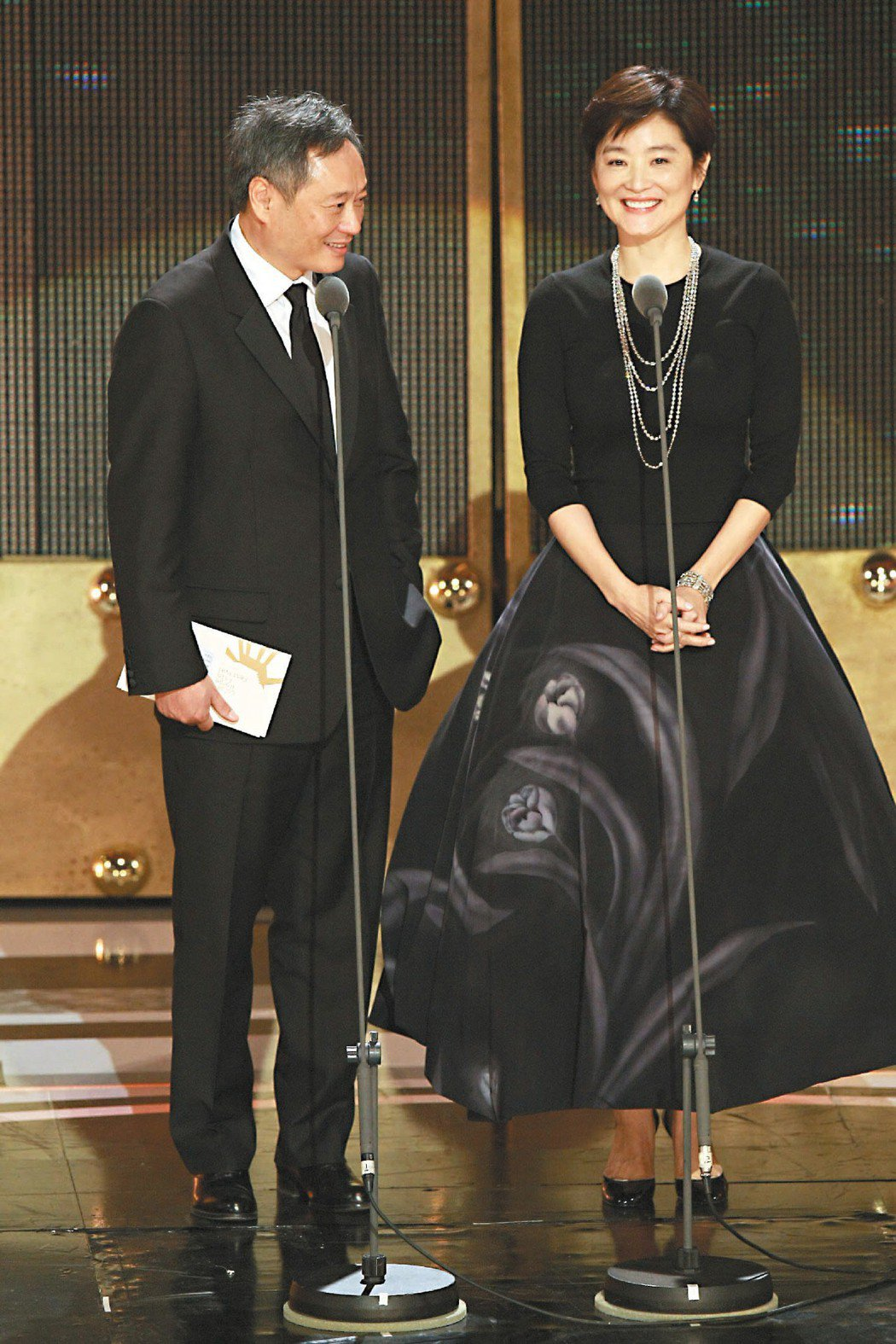 李安(左)與女神林青霞(右)一起頒獎,李安還主動告白「為了妳,我才來頒獎」。圖/...