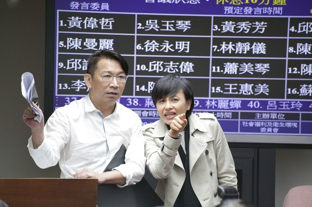 民進黨立委邱議瑩跑到徐永明旁,指著黃國昌說:「如果你說的有道理,黃國昌就自己跳出...