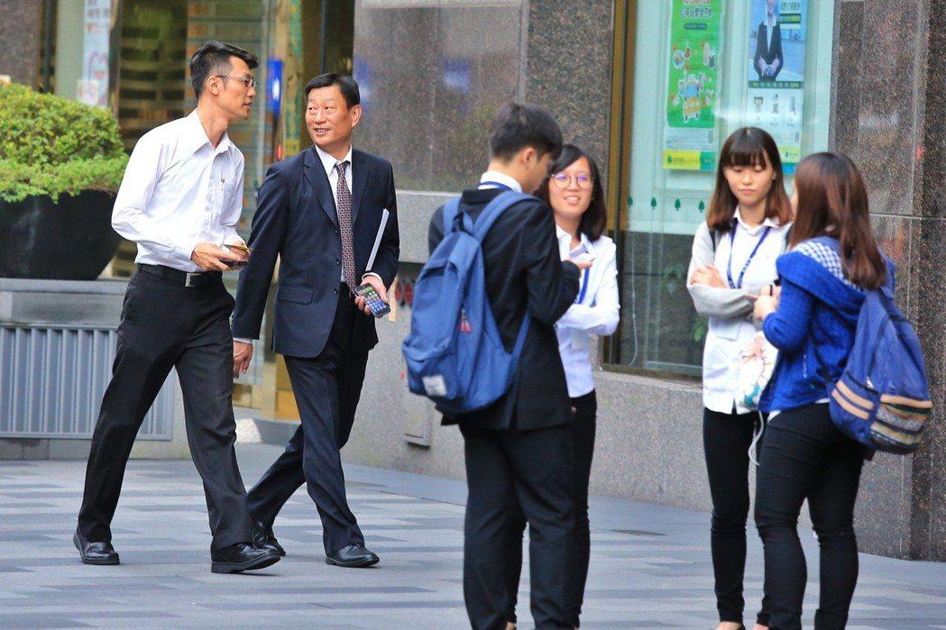 圖為上班族聚集在一起交談。記者林伯東/攝影