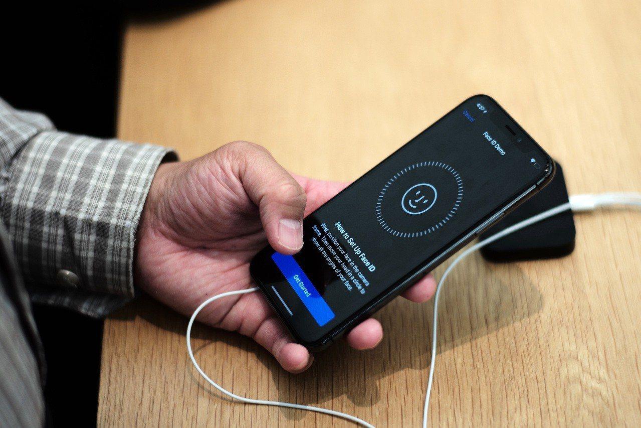 11月3日,在美國紐約一家蘋果專賣店,一名顧客在體驗iPhone X樣機。 新華...