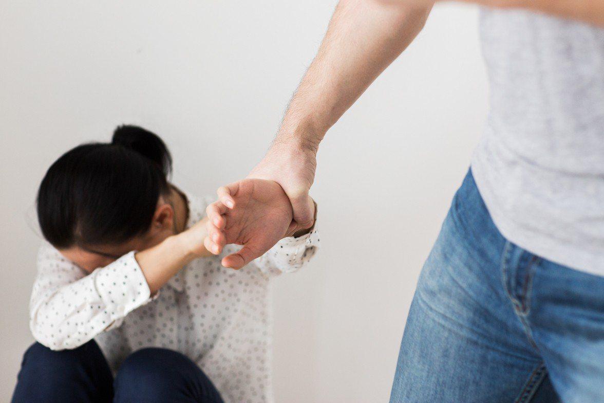 鄧姓男子約被害女子與她的妹妹到KTV唱歌,結束後在電梯內與被害女子發生口角,怒火...