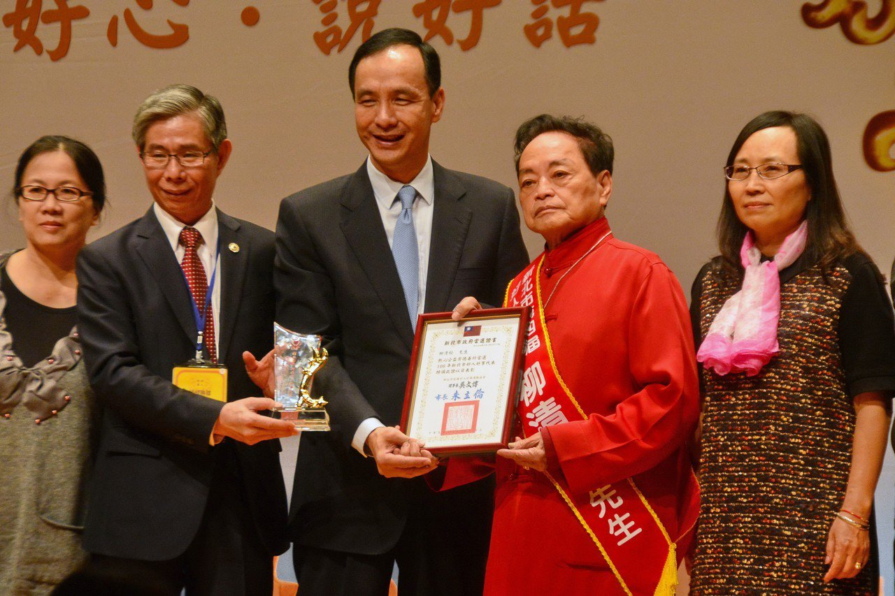 81歲的畫家柳清松(右2)無償教導肢障人士作畫,讓身心障礙者能有一技之長,民國6...