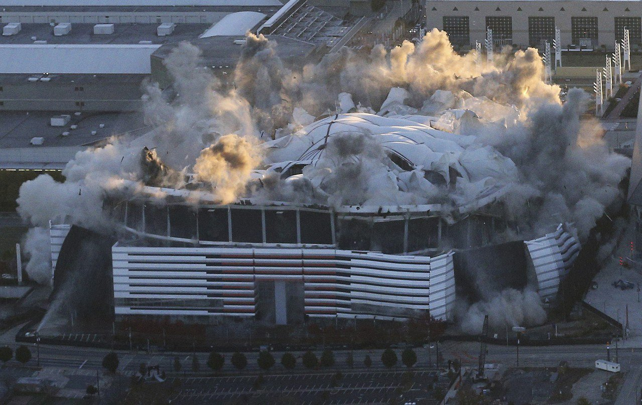 1996年美國亞特蘭大奧運主場館喬治亞巨蛋在使用25年之後遭到拆除。 美聯社